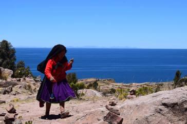 Donna vestita con gli abiti tradizionali di Tequile