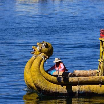Imbarcazione fatta di canne nelle isole degli Uros