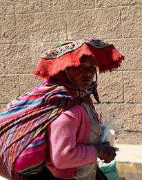 Donna vestita in abiti tradizionali nei villaggi Andini tra Cusco e la foresta amazzonica
